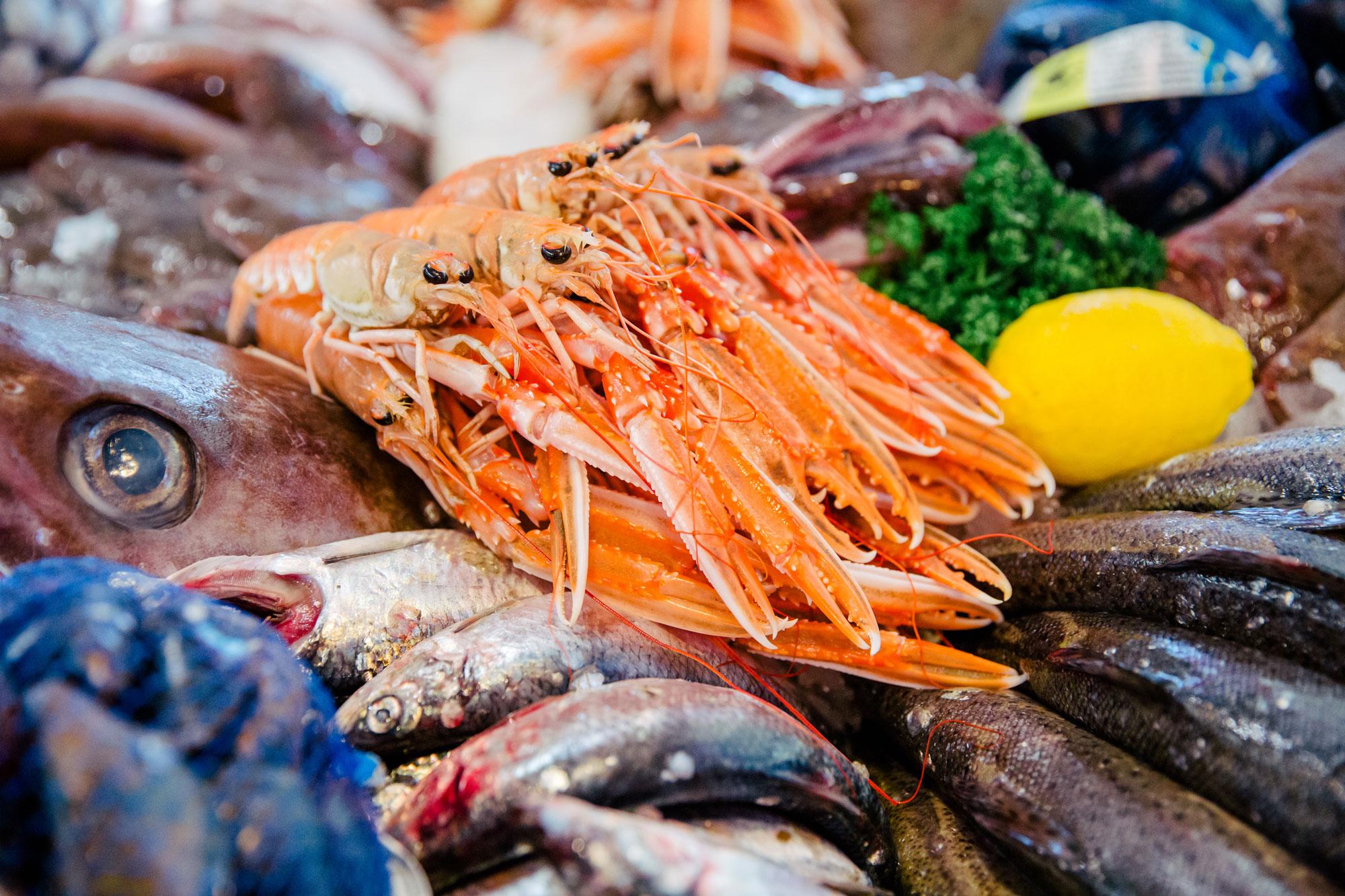 färsk fisk och havskräftor