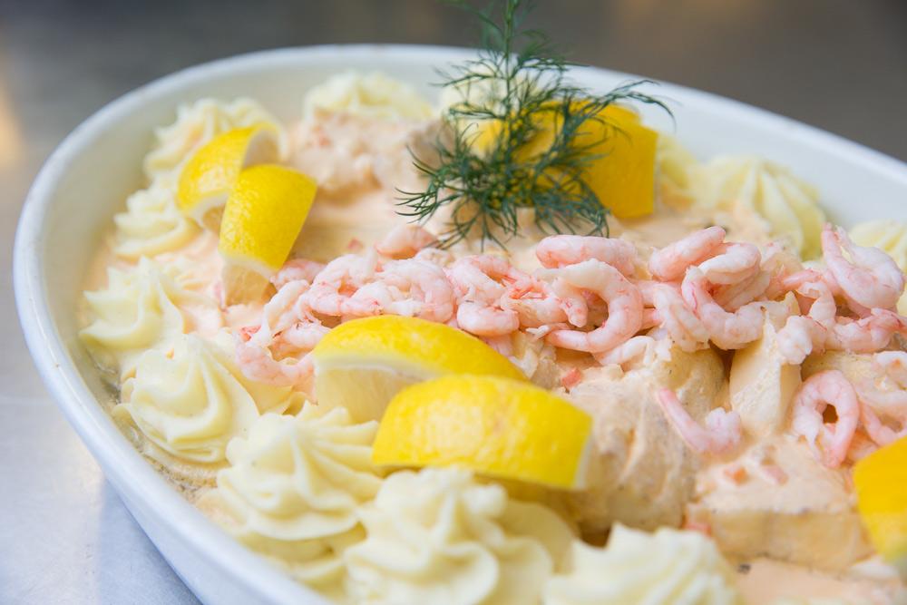 skaldjursgratäng med mos och räckor och citron