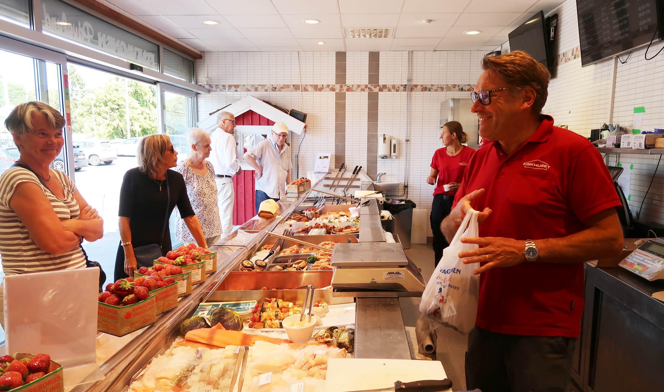 Vi servar kunder i butiken Påvelund