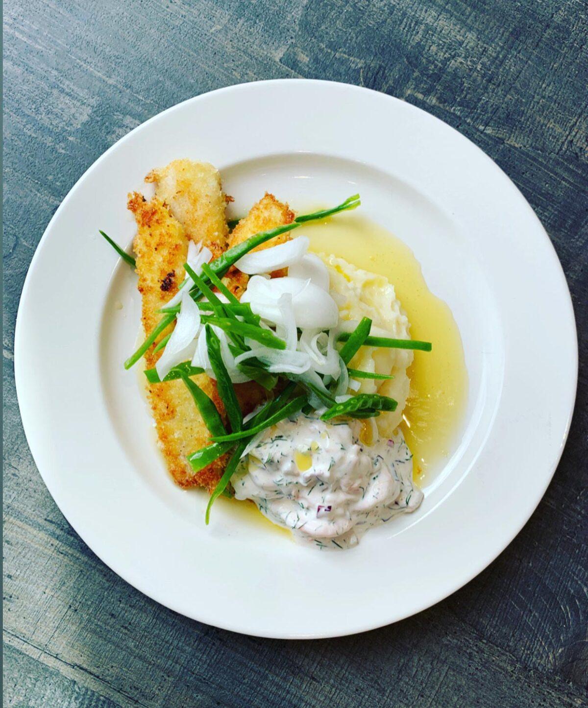 stekt panerad fisk med skirat smör och mos - lunch på Fiskhuset